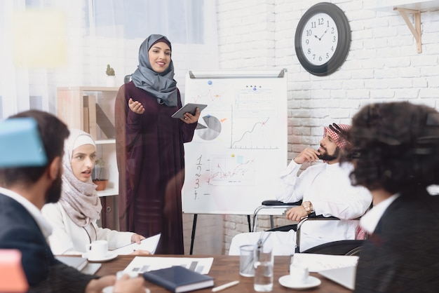Une femme d'affaires arabe a un discours que le public n'aime pas