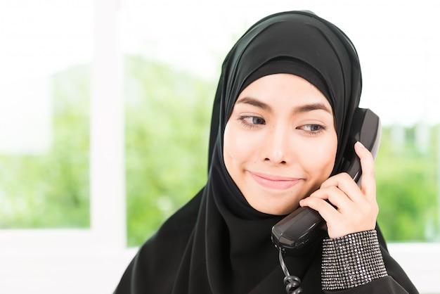 Femme d'affaires arabe travaillant