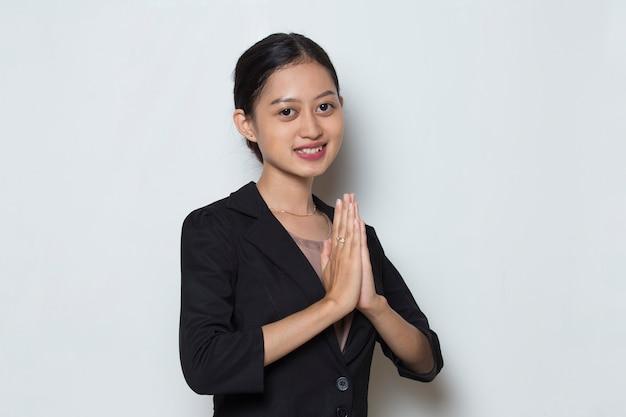 Femme d'affaires asiatique accueillant le geste des invités