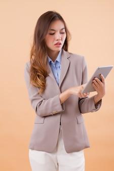 Femme d'affaires asiatique à l'aide de la tablette informatique