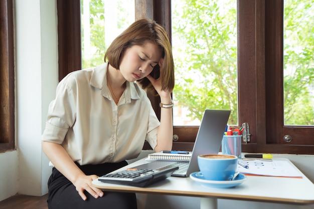 Femme d'affaires asiatique au bureau