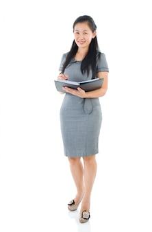 Femme d'affaires asiatique complet du corps debout sur la plaine