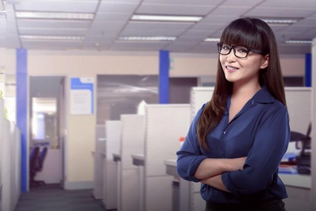Femme d'affaires asiatique confindent