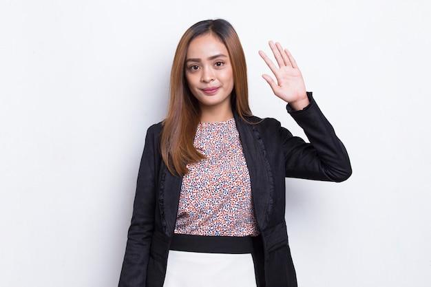 Femme d'affaires asiatique dire bonjour isolé sur fond blanc
