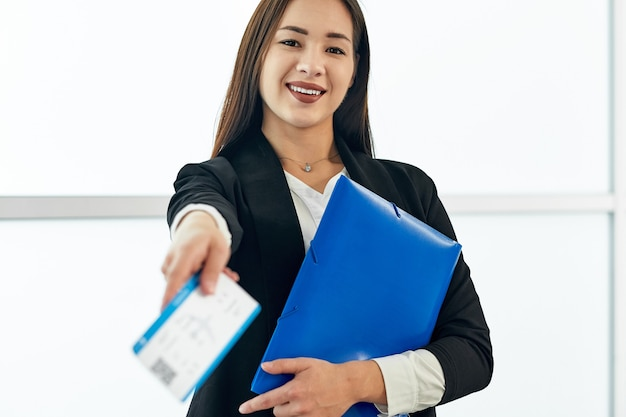 Femme d'affaires asiatique avec des fichiers