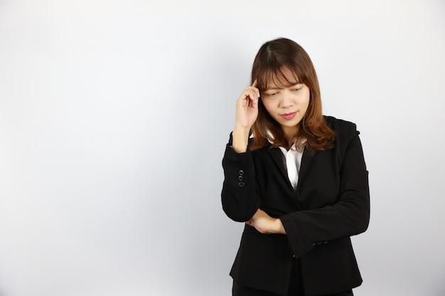 Femme d'affaires asiatique pensant quelque chose avec un visage confiant sur le blanc