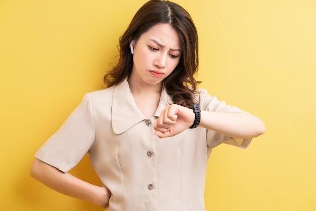 Femme d'affaires asiatique portant smartband sur sa main pour suivre les calories brûlées