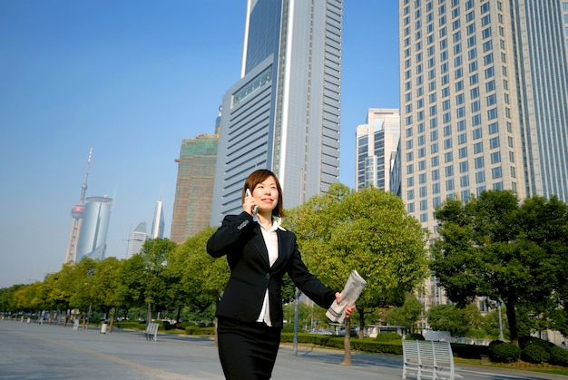 Femme d'affaires asiatique à shanghai.