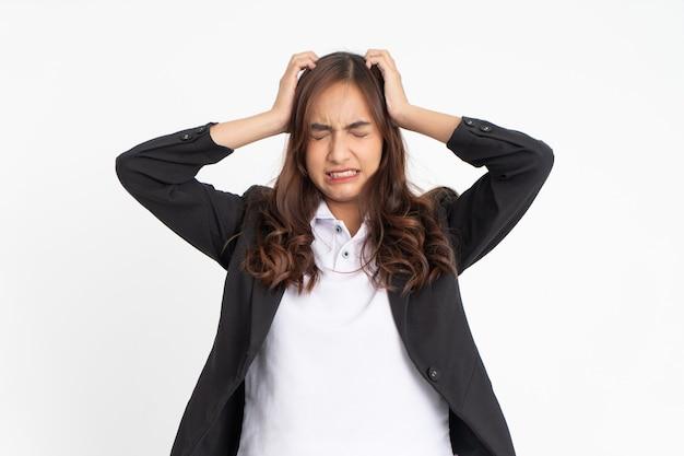 Femme d'affaires asiatique stressée avec les deux mains tenant la tête en se tenant debout