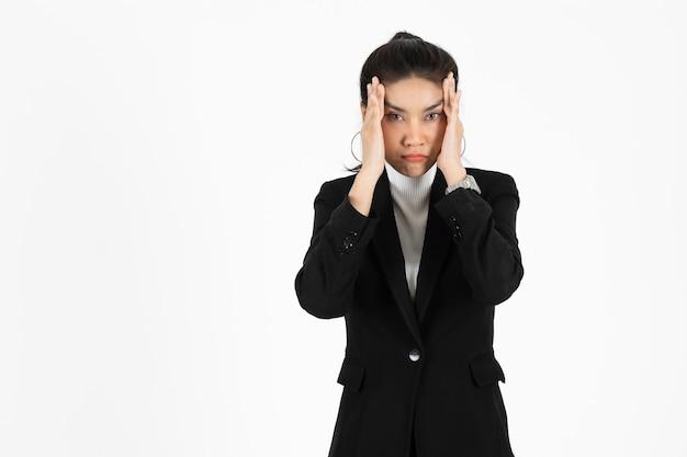 Femme d'affaires asiatique surmenée fatiguée souffrant de dépression sévère