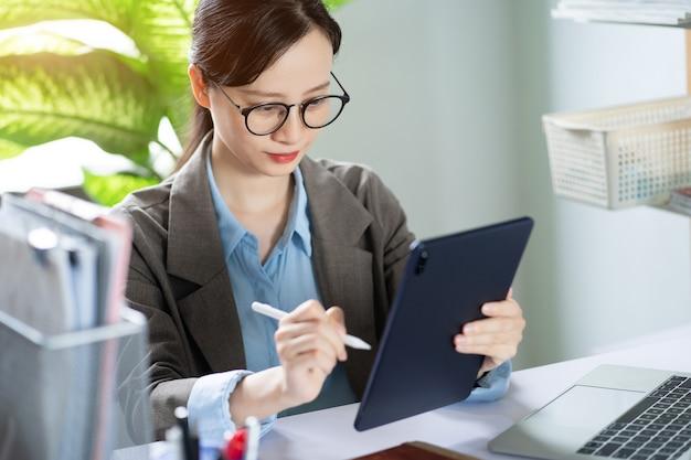 Femme d'affaires asiatique travaillant à domicile