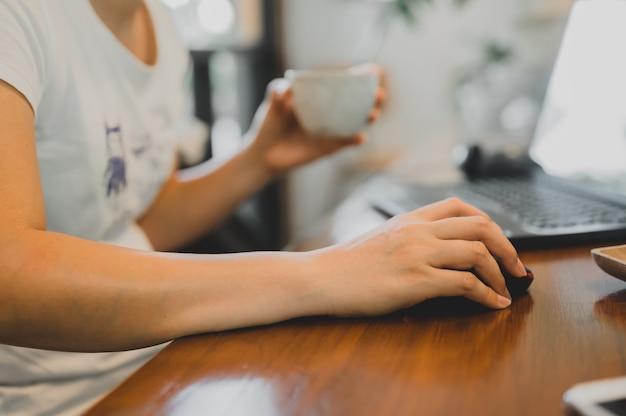 Femme d'affaires asiatique travaillant en ligne. freelance utilisant la technologie et les réseaux sociaux. nouveau mode de vie normal après covid-19. distanciation sociale et travail seul.