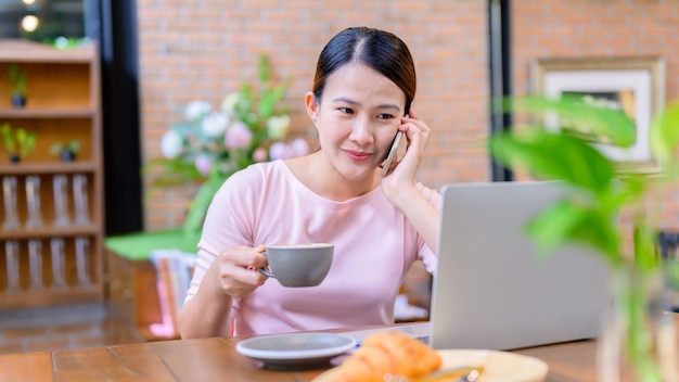 Femme d'affaires asiatique travaillant en ligne. nouvelle normalité et vie après covid-19. restez à la maison, restez en sécurité. distanciation sociale et distanciation physique.