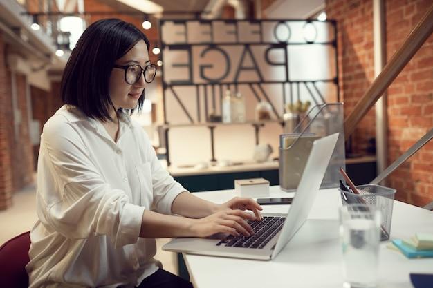 Femme d'affaires asiatique travaillant
