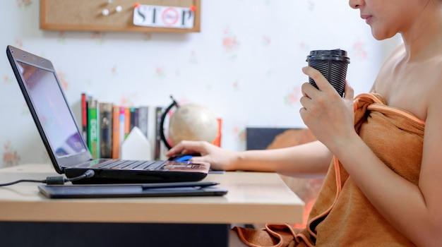 Une femme d'affaires asiatique travaille à la maison pendant la crise du virus corona. distanciation sociale et restez à la maison en toute sécurité. nouvelle normalité et vie après covid-19.