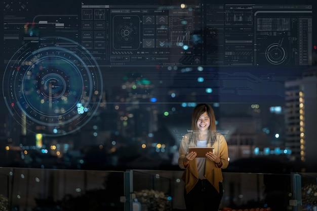 Femme d'affaires asiatique utilisant une tablette avec une action de sourire montrant un écran virtuel numérique
