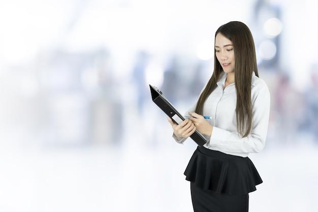 Femme d'affaires asiatique vérifiant l'ordre de liste.
