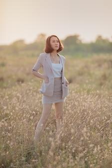Femme d'affaires asiatiques dans un champ à l'extérieur du bureau