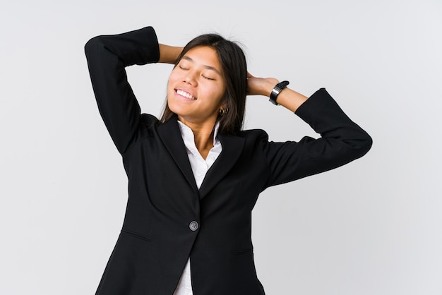 Femme d'affaires asiatiques jeunes étirement des bras, position détendue.