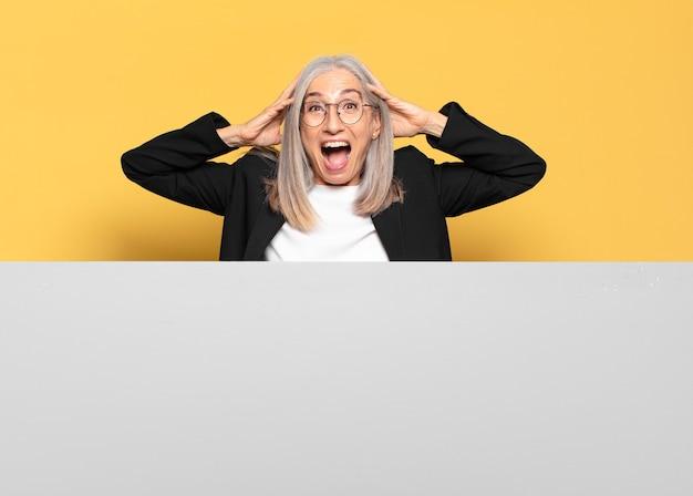 Femme d'affaires assez âgée aux cheveux gris avec un espace de copie pour placer votre concept