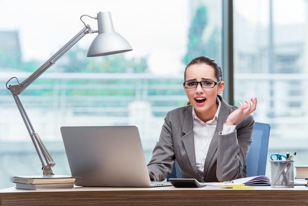 Femme d'affaires assis à son bureau dans le concept d'entreprise