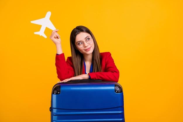 Femme d'affaires attrayante chic tenir rêve d'avion en papier