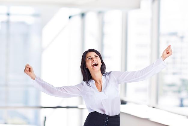 Femme d'affaires attrayante et prospère, pour réussir au bureau