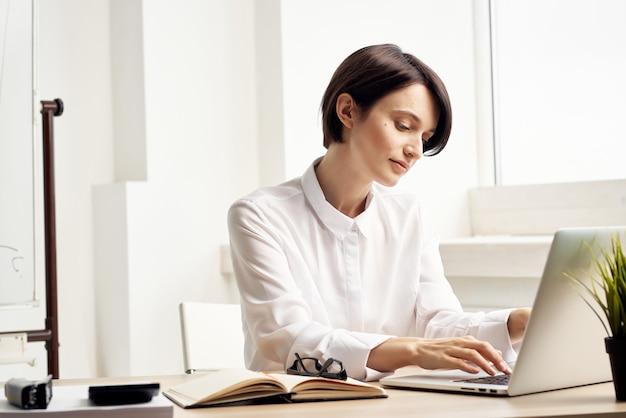 Femme d'affaires au bureau documents professional job studio lifestyle. photo de haute qualité