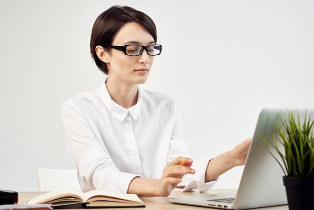 Femme d'affaires au bureau avec des lunettes de confiance en soi fond isolé