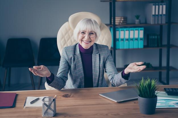 Femme d & # 39; affaires au bureau travaillant avec un ordinateur portable