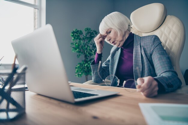 Femme d & # 39; affaires au bureau travaillant sur un ordinateur portable