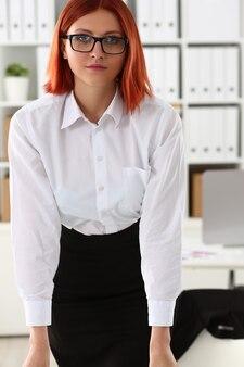 Femme d'affaires au portrait de bureau dans un simple costume sourit