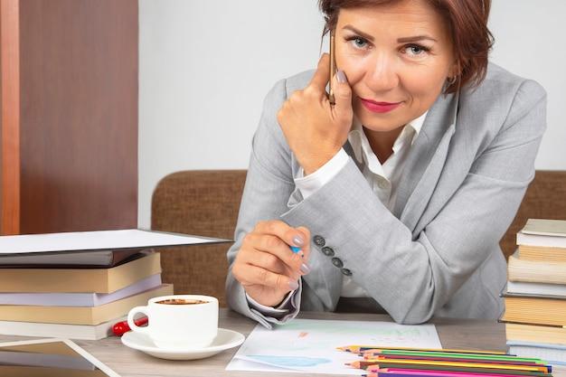 Femme d'affaires au travail au bureau