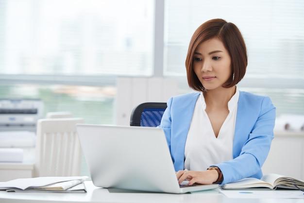 Femme d'affaires au travail