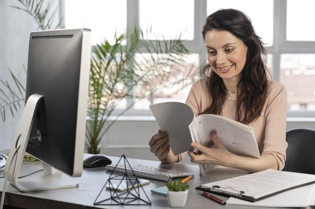 Femme affaires, au travail