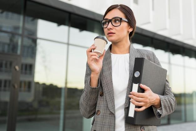 Femme affaires, avoir café, dehors, quoique, tenue, liant