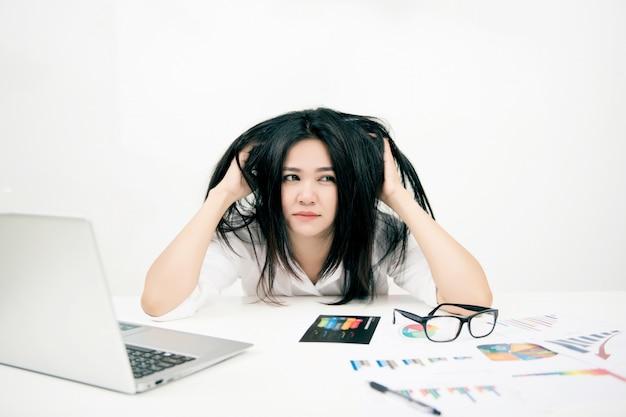 Femme affaires, avoir, mal tête, à, ordinateur portable