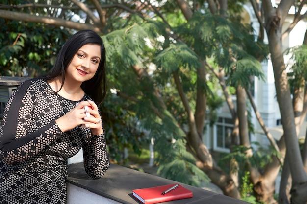 Femme affaires, avoir, pause café