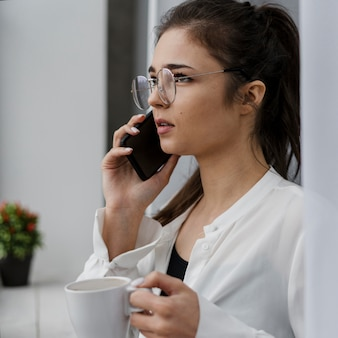 Femme d'affaires ayant un appel à la maison