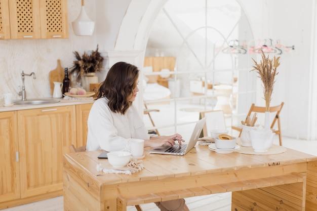 Femme d'affaires ayant une conversation vidéo sur un ordinateur portable travaillant à distance ou étudiant à domicile
