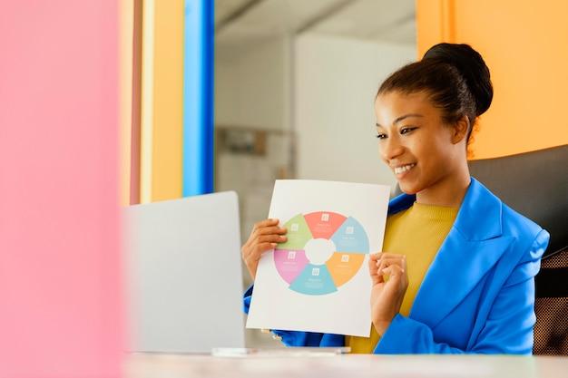 Femme d'affaires ayant une réunion en ligne