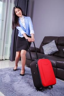 Femme d'affaires avec des bagages ou une valise