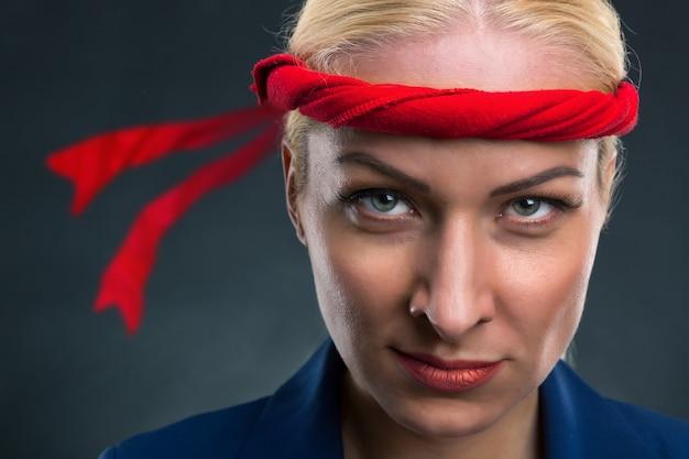 Femme d'affaires avec un bangage rouge