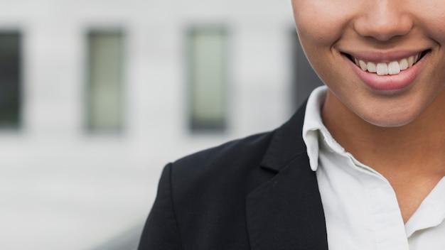 Femme d'affaires avec beau sourire