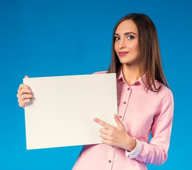 Femme d'affaires belle jeune avec un espace blanc.