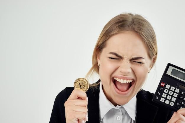 Femme d'affaires avec bitcoin de crypto-monnaie dans les mains de l'argent virtuel