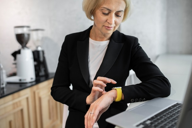 Femme d'affaires blonde au travail