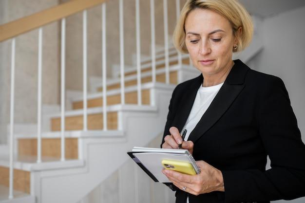 Femme d'affaires blonde mature au travail