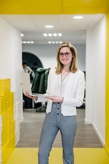 Femme d'affaires branché avec ordinateur portable au bureau