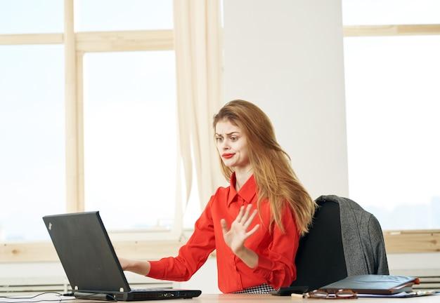 Femme affaires, bureau, bureau, ordinateur portable, gestionnaire